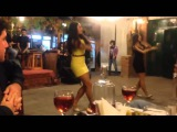 Две грузинские красавицы танцуют | ორი ქართველი ლამაზი მანდილოსა  ...