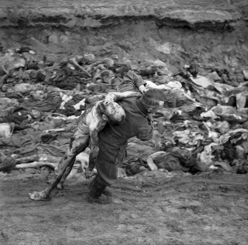 Бывший охранник СС переносит труп узника концлагеря Берген-Бельзен для погребения в общей могиле