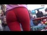 Стройная девочка в красных леггинсах и сочной попкой
