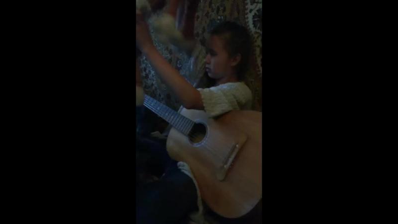 Лиза играет на гераре
