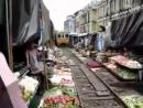 Вьетнам Ханой Железная дорога у самого порога дома