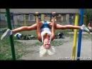 Отец копирует гимнастические упражнения дочери гимнастки