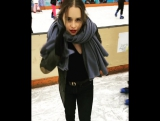 Эмилия Кларк на коньках