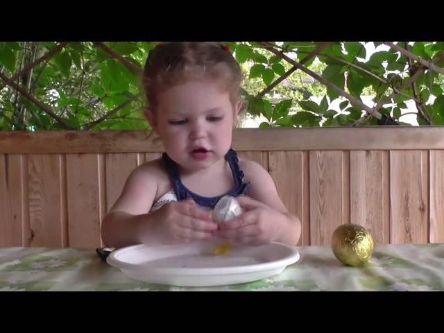 Катя открывает шоколадные яйца из Финляндии