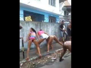 Garotas Dançando no Meio da Rua / Sexy Girls on Street