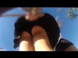 Девочка гуляет и у неё развивается юбочка под которой черные трусики