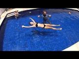 Плавание на спине: почему тонут ноги?! И как держаться в воде вертикально, не двигаясь??