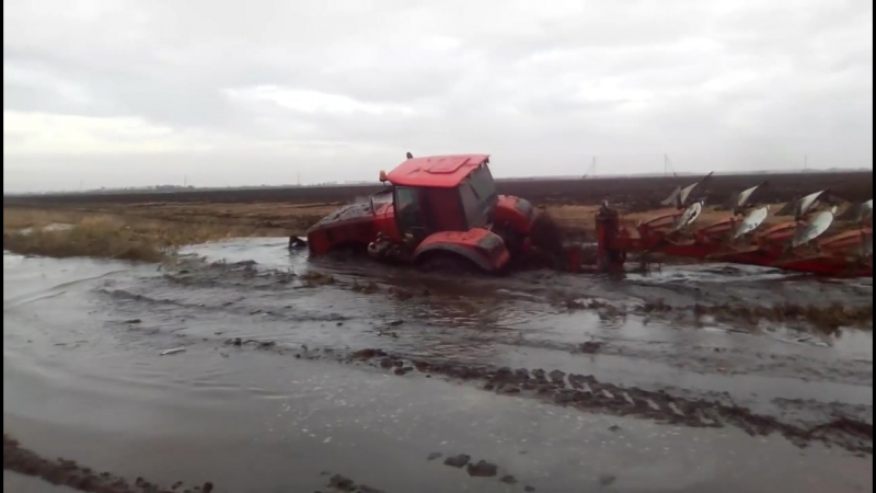 МТЗ 3522 стянуло в канаву. MTZ 3522 Belarus pulled together into a ditch