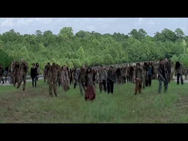 Ходячие Мертвецы - 7 сезон 8 серия - режут толпу зомби - The Walking Dead - Камень на дороге