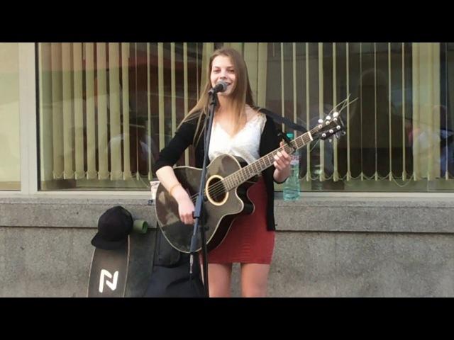 Ксения Минаева играет на гитаре и классно поёт на Арбате. Май 2016