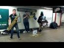 Уличные музыканты играют в метро Нью-Йорка