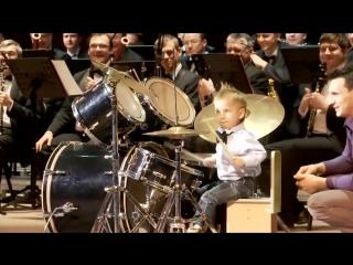 Маленький мальчик здорово играет на барабанах!