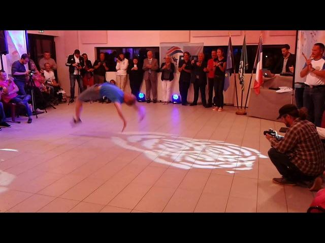 Евгений Смирнов зажигает Хорошему танцору ... Танцевать можно и на одной ноге !
