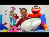 Denizaltı oyunları. Oyuncak deniz kızı, ahtapot ve deniz kabuğu ile oynuyoruz. Deniz temizliği