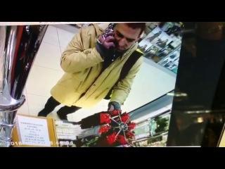 Неизвестный похитил в магазине кожгалантереи три пары женских перчаток