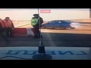 Машина-призрак сбила полицейского и рабочих
