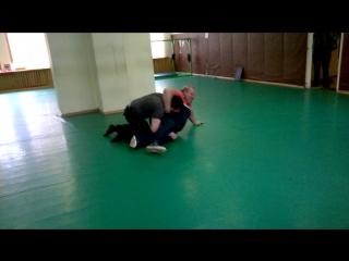 Мастер спорта по греко-римской борьбе пробует атаковать М.В. Рябко