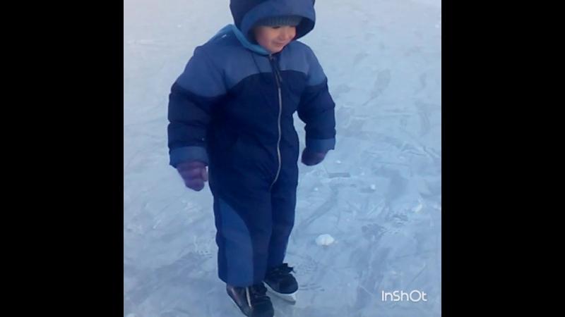 Сын впервые на коньках)