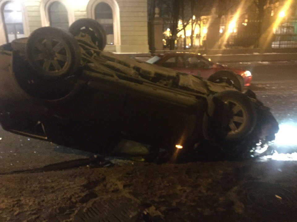 Вседорожный автомобиль влетел вполицейскую машину иперевернулся наДворцовой набережной