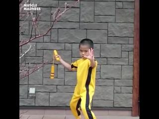 Тренировка юного подражателя Брюса Ли