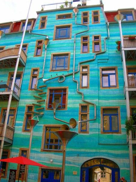Необычный дом, который во время дождя играет музыку
