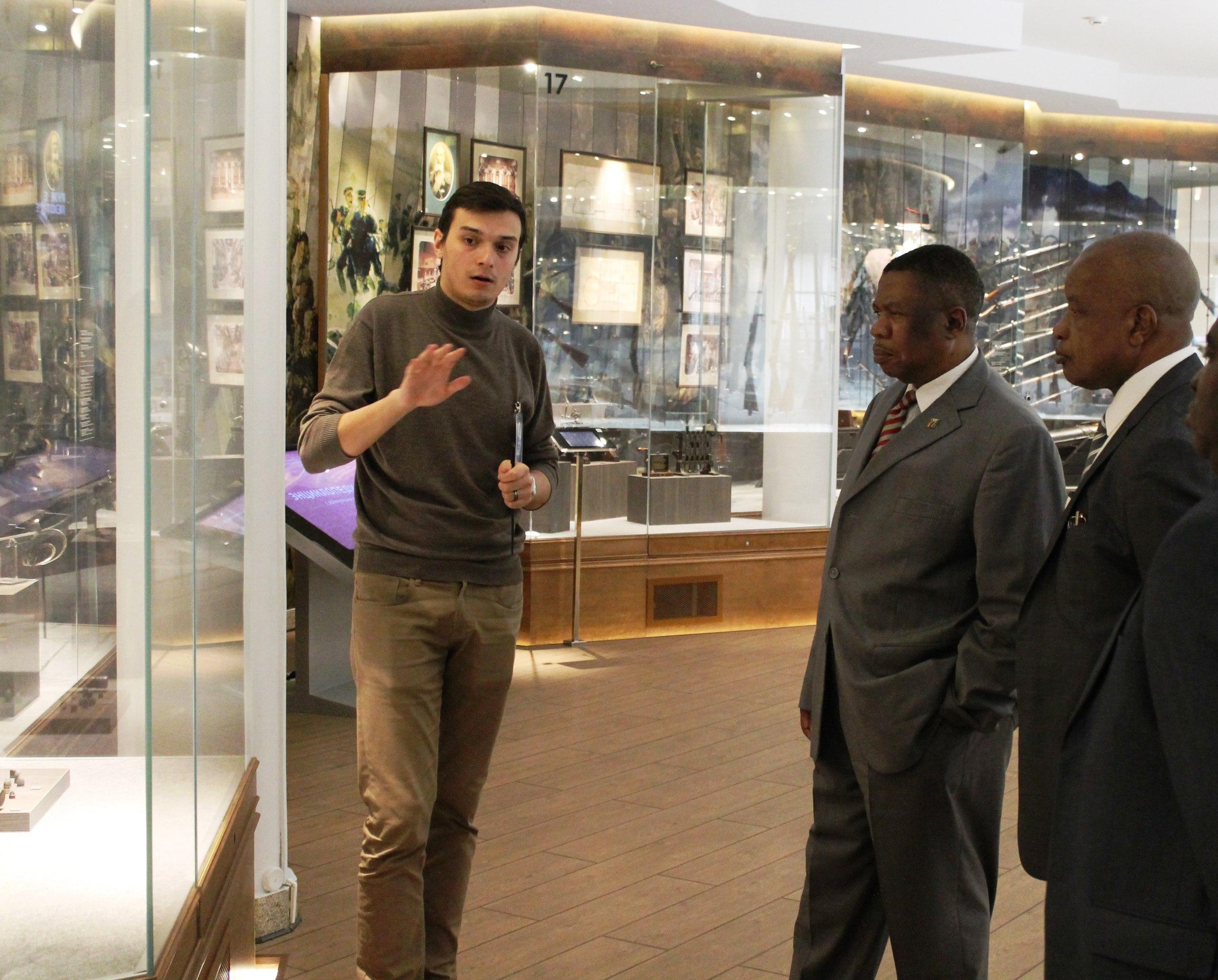 Чрезвычайный и полномочный посол Республики Зимбабве Майк Николас Санго посетил Тульский музей оружия