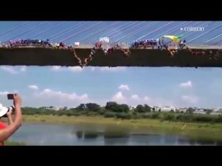 149 человек одновременно прыгнули с моста в Бразилии