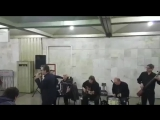 Валерий Сюткин поет в метро