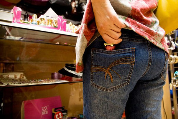Женщина попыталась вынести из магазина парфюм