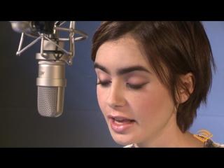 Лили записывает своим голосом аудиокнигу «Питер Пэн»