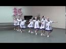 Дети танцуют красивый русский танец. Смотрите какие потрясающие костюмы