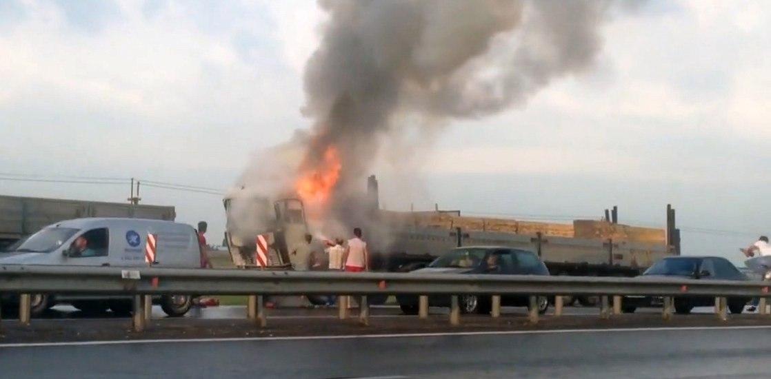На трассе «Ростов-Таганрог» горел груженный досками длинномер. ВИДЕО