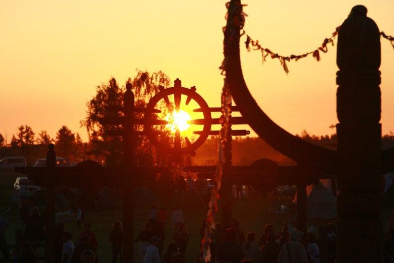 Считается, что с первыми лучами восходящего солнца происходит магическое сближение мира людей и мира богов