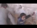 Сирия.Ужас! Девочка в шоке, потеряла маму под завалами после бомбежки ВВС режима