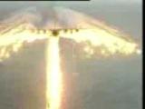 самолёт пускает дым получился ангел очень красиво