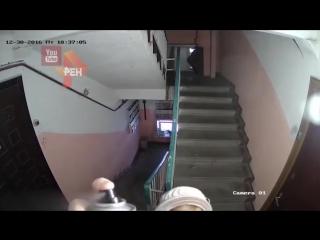 Пенсионерка молоток и неадекватный мужчина камера сняла войну соседей в подъезде дома в Твери