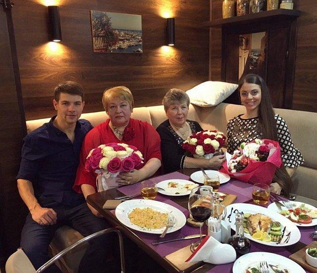 Дмитренко и Рапунцель встретились с родными.