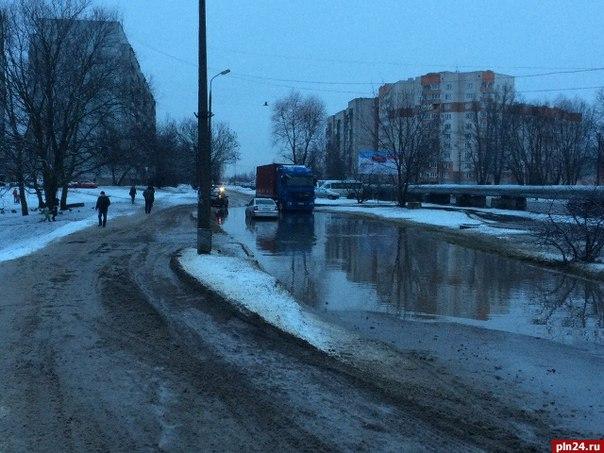 Второстепенную дорогу на ул. Инженерной традиционно затопило. Большинс