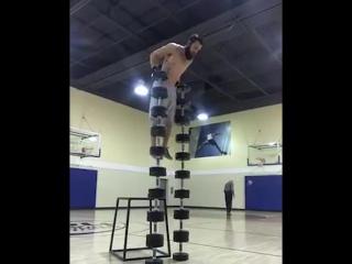 Пожилой баскетболист случайно попал на съёмку трюка гимнаста и затмил его