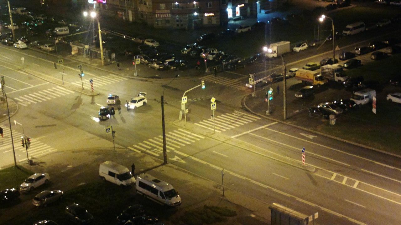 Водителя с проломленным черепом увезли в больницу после страшного ДТП в Петербурге