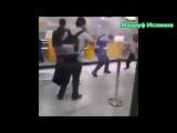 Смотрите как поступил мусульманин когда полиция толкнула его сестру в Хиджабе