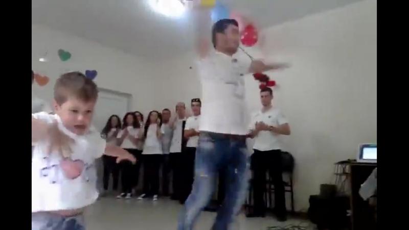 Маленький грузин танцует лезгинку