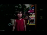 Дочка поет песню