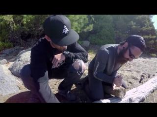 Как разбить полено с помощью перочинного ножика