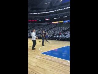 Джуниор дос Сантос и Стипе Миочич играют в баскетбол перед своим боем