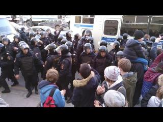 Митинг 26.03.17 – Задержание мужика с уточкой
