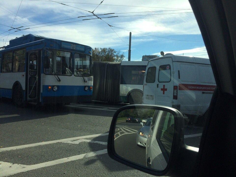 Напроспекте Ветеранов скорая помощь врезалась вавтобус— свидетели
