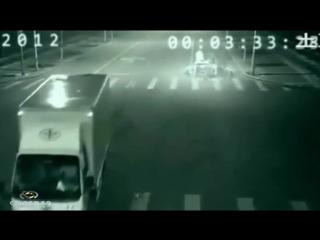 В Китае ангел спас человека от смерти,засняла камера на дороге!