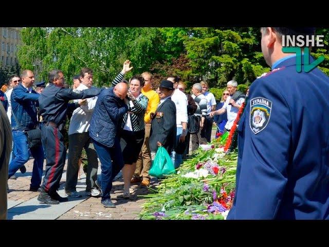 Потасовки в Николаеве на 9 мая 2016 года. Азов, Свобода и коммунисты у мемориала о...