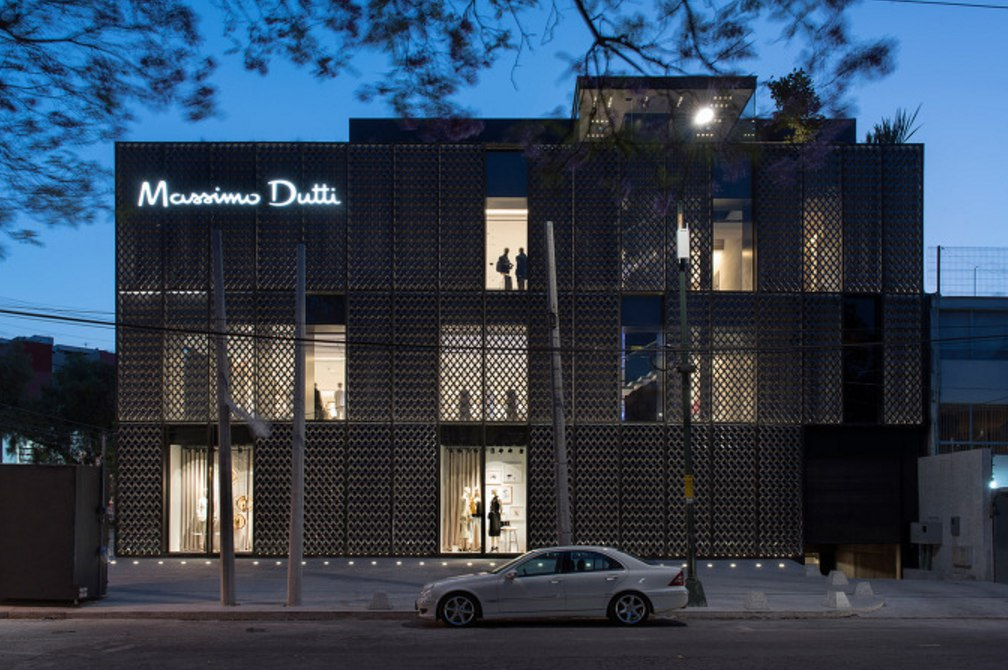 #Dark metallic screen covers #Massimo Dutti store